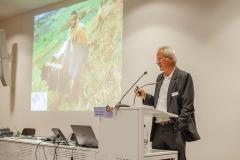 Hans Hurni:  40% der Weltbevölkerung arbeiten in der Landwirtschaft, aber Kleinbauern produzieren hauptsächlich für den Eigenbedarf; Städte müssen von grösseren Betrieben bedient werden. Auch fehlt meist die Infrastruktur, um die Produktion von Kleinbäuerinnen zu Konsumentinnen in Megacities zu bringen…